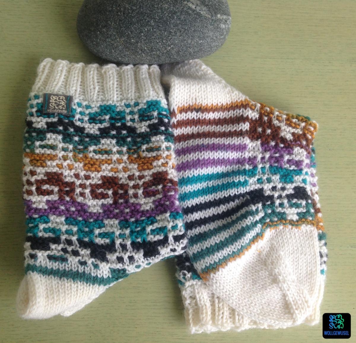 Mosaik-Socken: petrol/erdig/flieder in Wattewolken